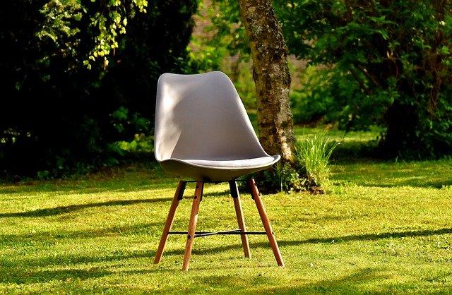 židle v zahradě