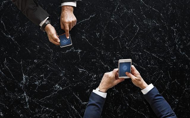 dospělí s mobilem