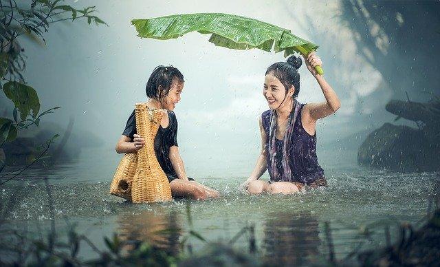 dívky v dešti.jpg