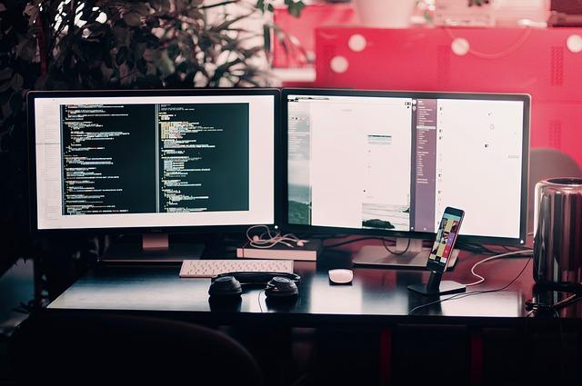 dva monitory a mobil